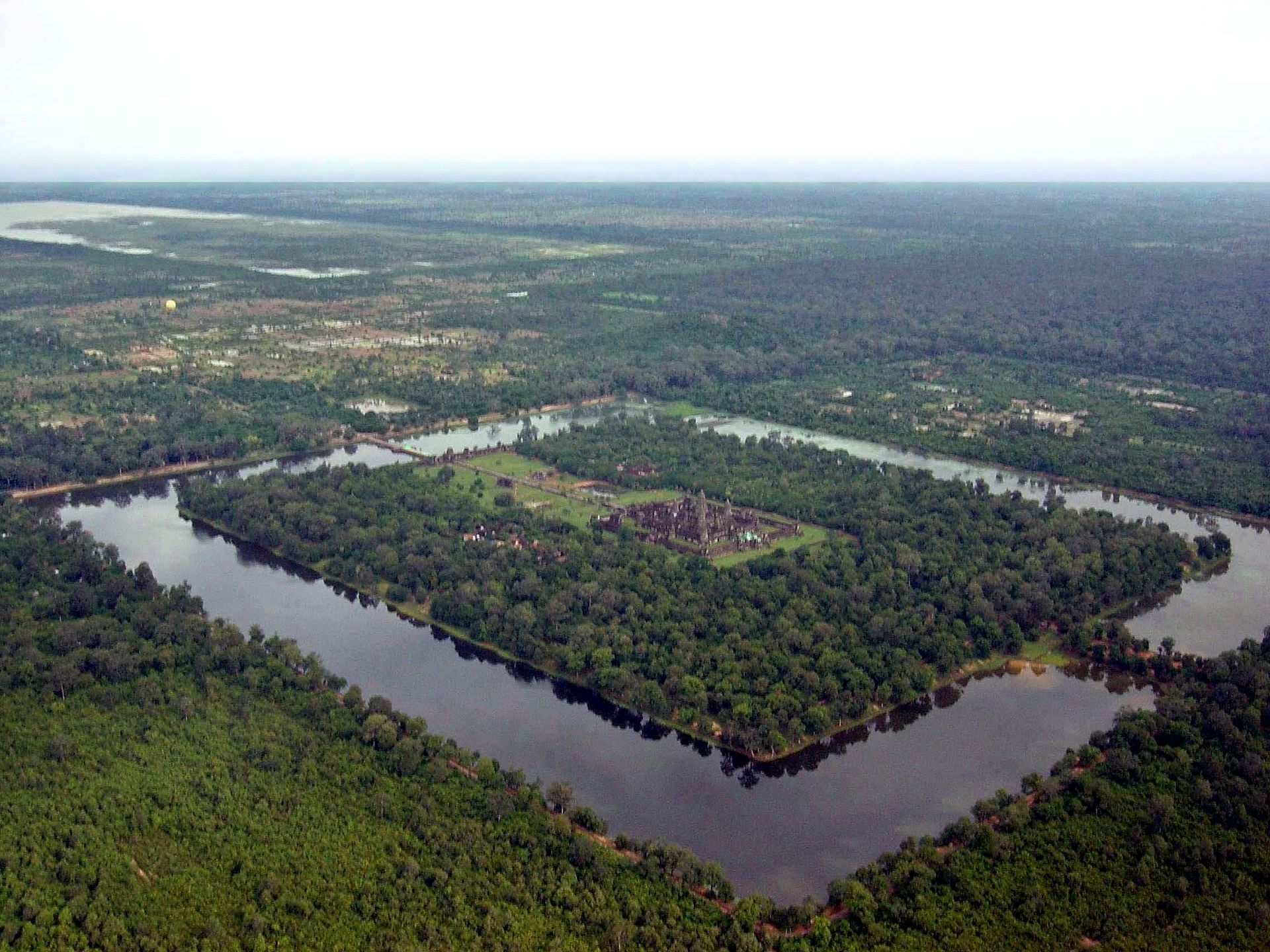 1920px-Angkor-Wat-from-the-air